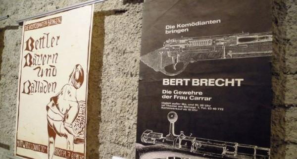 Detail aus der Ausstellung mit Brecht-Plakat von Gerhard Burczik (Foto: B. Denscher)